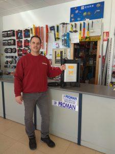 Paco de PROMAN en sus instalaciones, apoyado en el mostrador sujetando un convertidor de hormigón BOXEL.